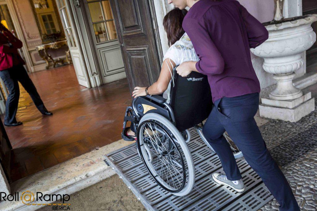 Un peldaño, es suficiente para evitar el acceso a personas con la movilidad reducida.